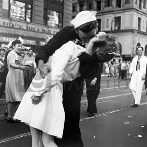 VICTOR JORGENSEN - Kissing the War Goodbye in Times Square, 1945